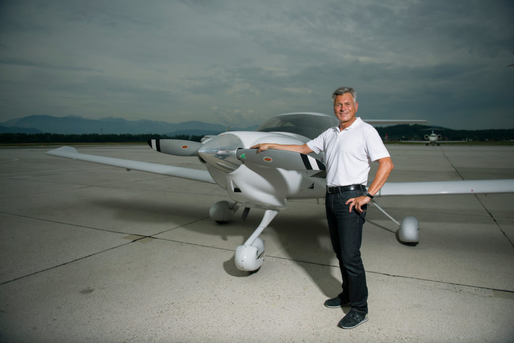 Andreas Knapp steht am Flugzeug